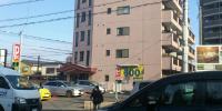踏切手前の埼玉りそな銀行のはす向かいにあります。